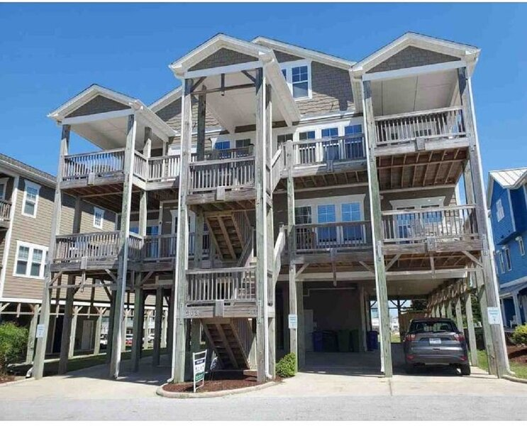 Oceanside Triplex Condo, steps from the sand w/ stunning ocean views!, holiday rental in Morehead City