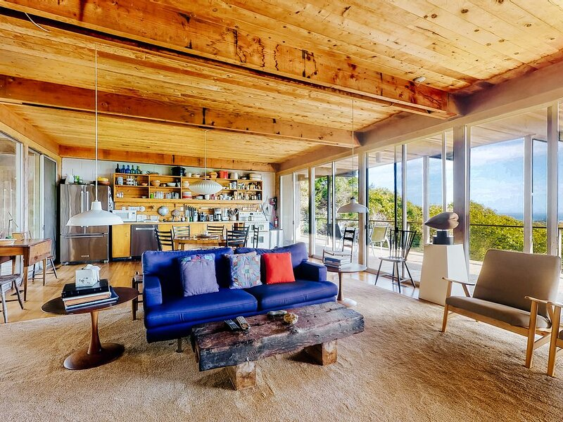 Iconic mid-century home with gorgeous ocean views, private pool and decks!, alquiler de vacaciones en Aquinnah