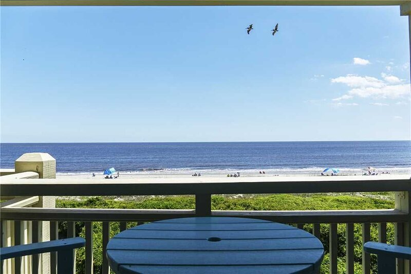2 Bedroom/1 Bath Oceanfront Condo on Caswell Beach with Community Swimming Pool, aluguéis de temporada em Caswell Beach