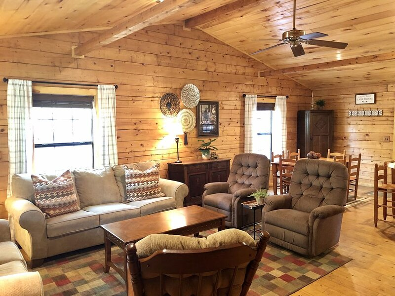 *Once a Part of the Beloved Shady Oak Lodge - Cabin 2 (Sleeps 9) w/ Boat Ramp*, holiday rental in Milam