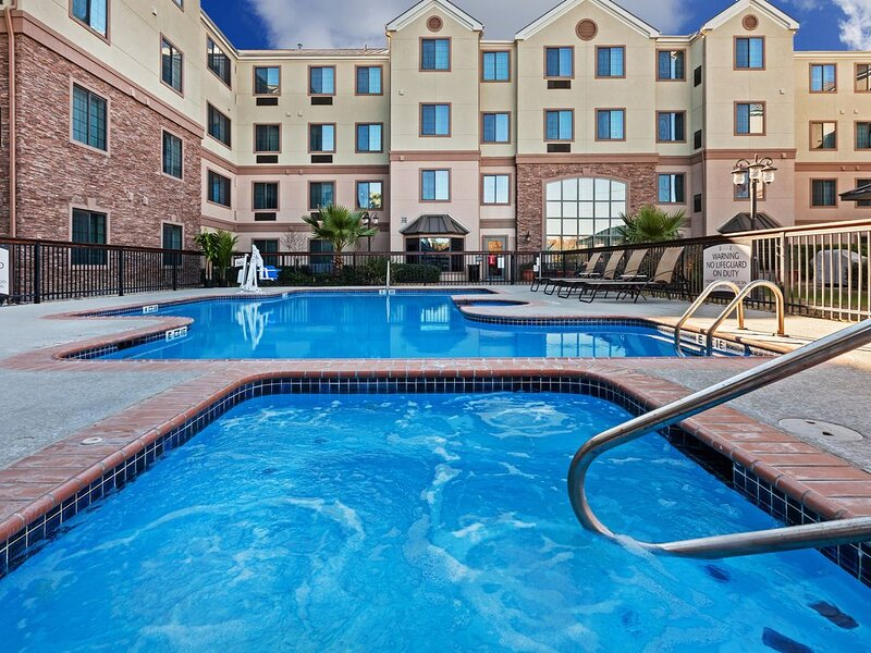 Suite Near Six Flags! Fitness Center, Outdoor Pool + Free Breakfast!, holiday rental in Helotes