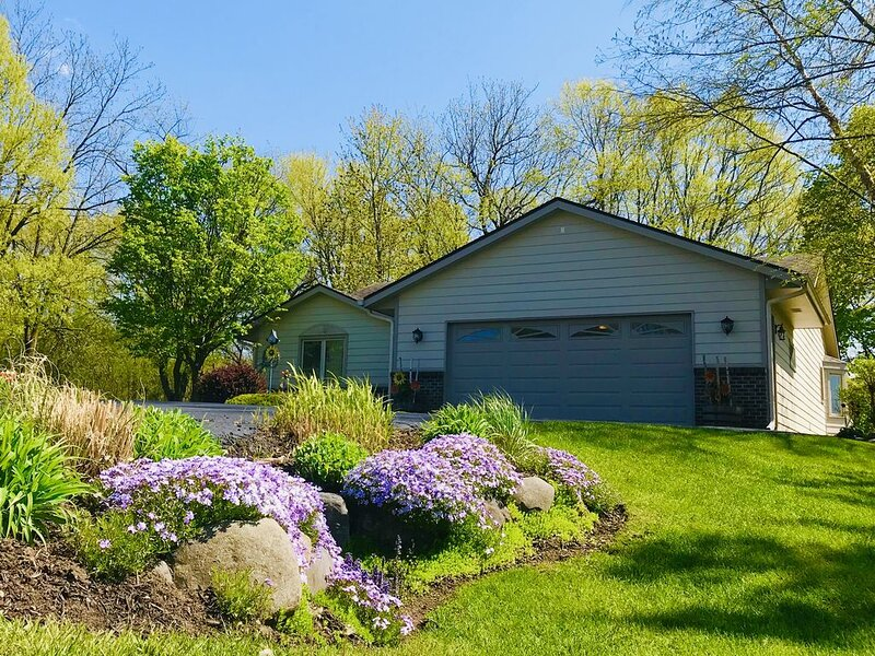 Traveler's Sanctuary/One-acre. open & spacious home. Sunset views. Woods & Deck, holiday rental in Janesville