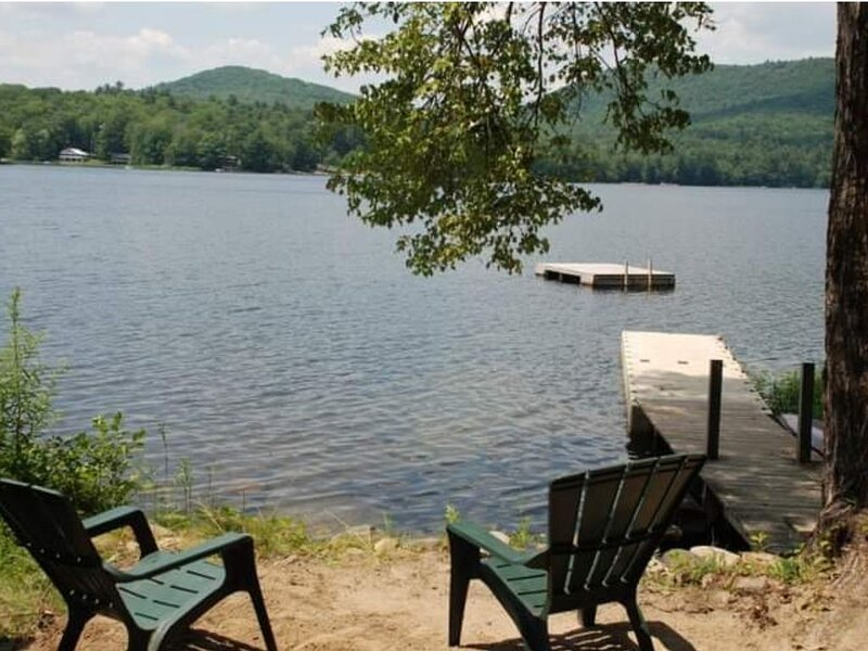 Charming Adirondack lake house near Lake George - short walk to private beach, holiday rental in Lake George