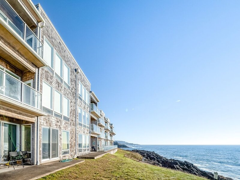 New listing! Oceanfront condo w/ gorgeous views, shared pool, and hot tub, alquiler vacacional en Depoe Bay