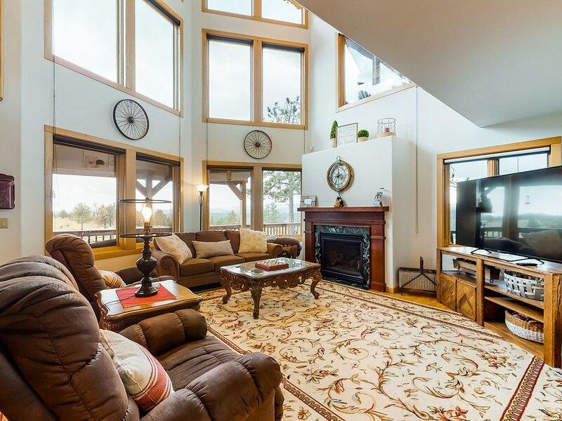 New listing! Secluded retreat w/ stunning views, spacious deck, & large loft!, location de vacances à Florissant