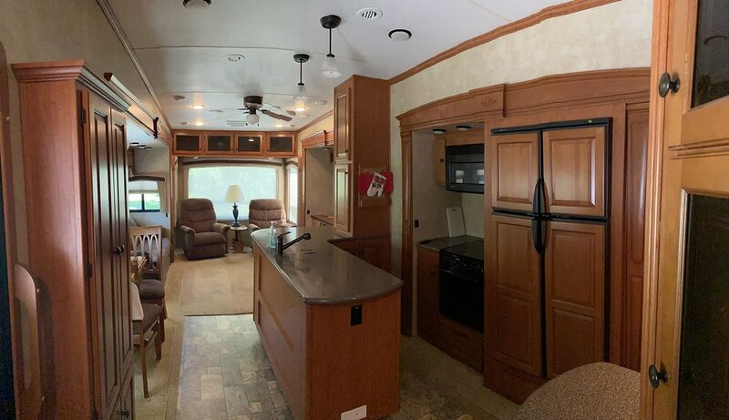 Spacious Modern Waterfront RV, holiday rental in Canajoharie