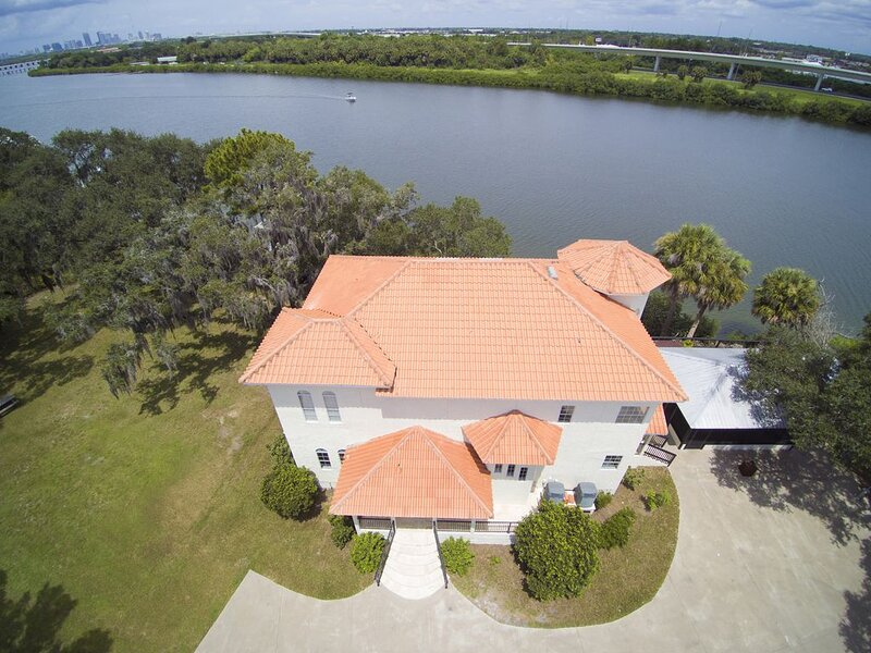 Massive waterfront Villa (Gated), vacation rental in Riverview