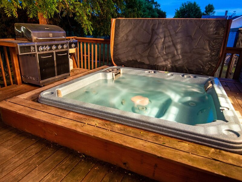 Charlevoix Family Vacation Home ~ In Town Home, Fireplace, Fire Pit And More!!!, casa vacanza a Charlevoix