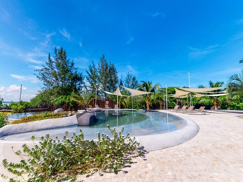 Beachfront retreat with a private hot tub, WiFi, AC, shared pool & lagoon views!, Ferienwohnung in Placencia