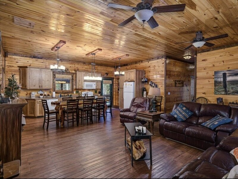 Green Cabin - Sleeps 6. Wrap around porch. Large family room and kitchen., vacation rental in Beersheba Springs