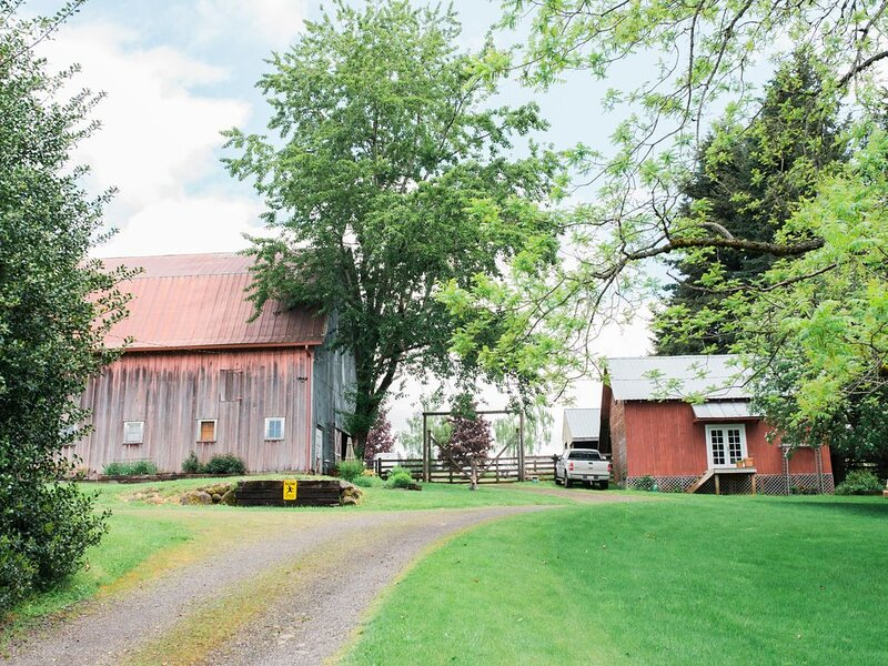 Idyllic Country Property - Expansive Lawns & Gardens- Historic Barn & Horses, location de vacances à Molalla