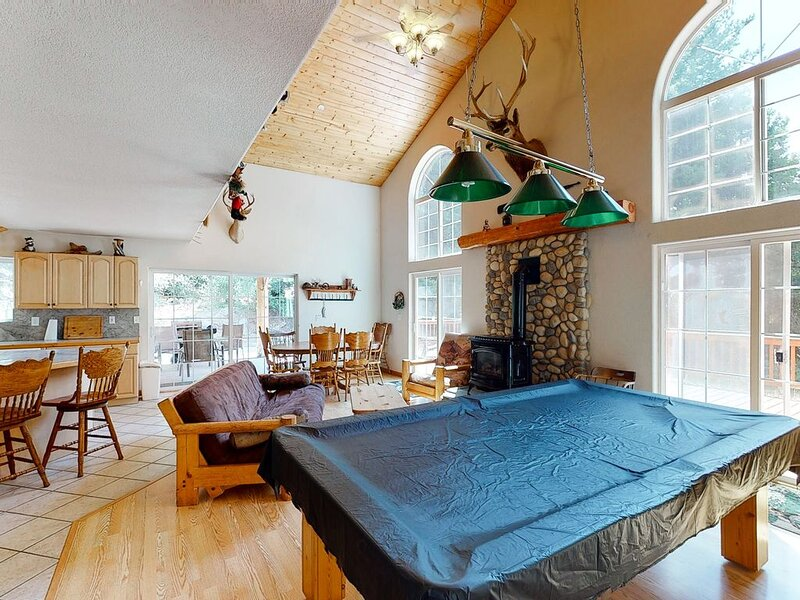 Dreamy mountain house w/large wood deck & private pool table - Dogs ok!, holiday rental in Auberry
