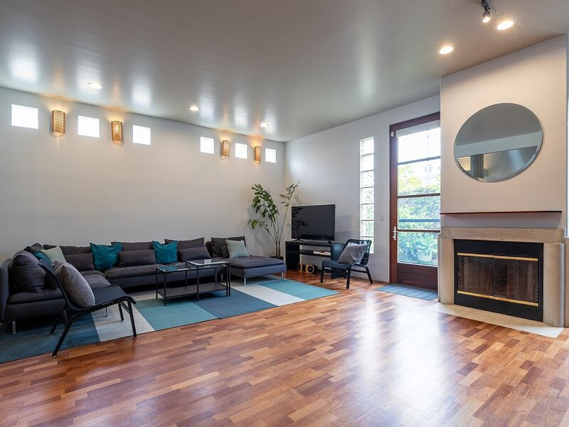 Prime location beach house, views from deck, walk to Main St/Beach, 2070 sq. ft – semesterbostad i Santa Monica