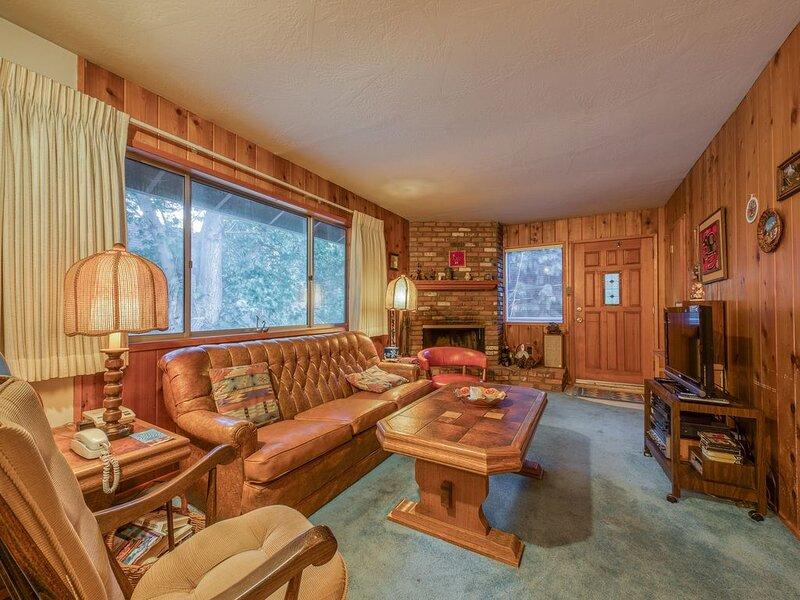 Cozy Dog-Friendly Home w/ a Wood Fireplace & Spacious Patio—Close to Town, alquiler de vacaciones en Skyforest