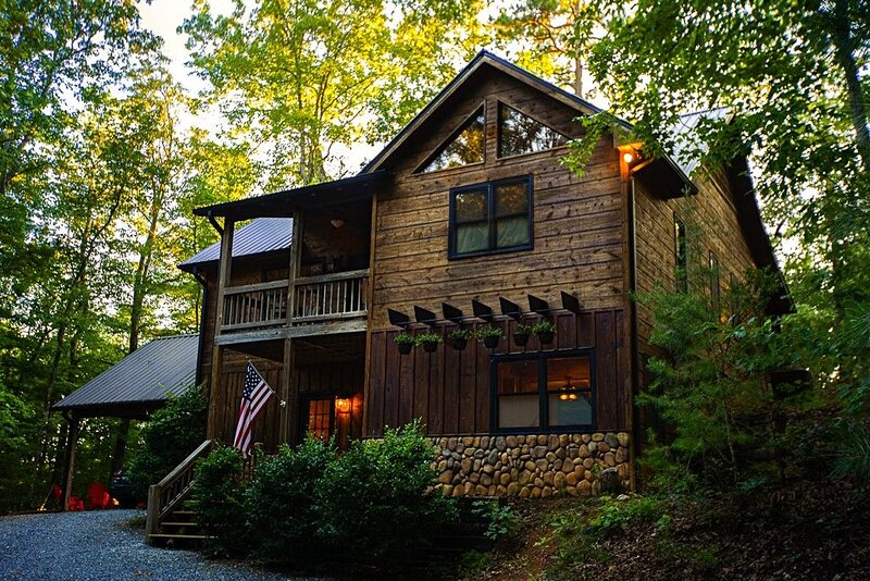 Bee On A Leaf Lodge - Modern ★ Spacious 3 BR near Blue Ridge ★ HotTub, alquiler de vacaciones en Morganton