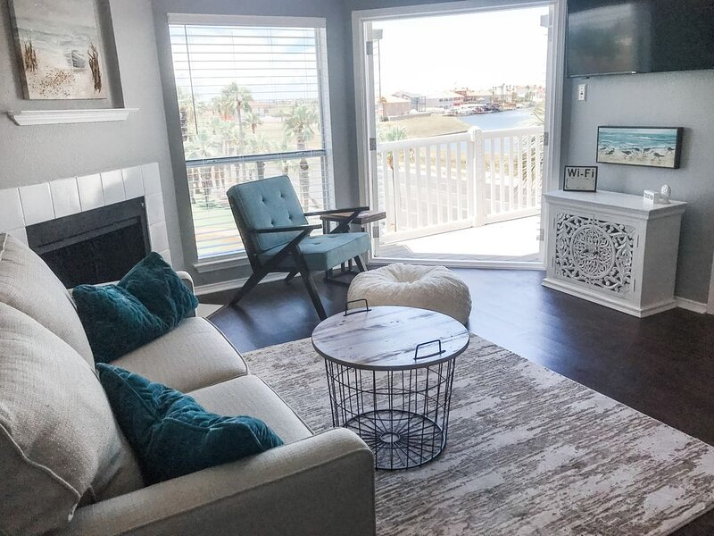 NEWLY REMODELED WATER VIEW CONDO! Walking distance to beach!, holiday rental in Corpus Christi