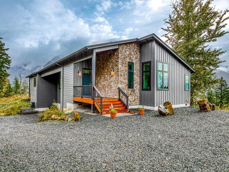 New listing! Chic and stunning dog-friendly home w/ private hot tub & firepit!, holiday rental in Cascade Locks