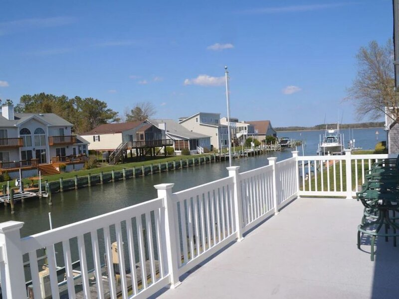 CANAL FRONT - GREAT VIEWS - 5 BDRM, 3&1/2 BATHS, 2 KINGS, GOLF, RELAX..., holiday rental in Ocean Pines