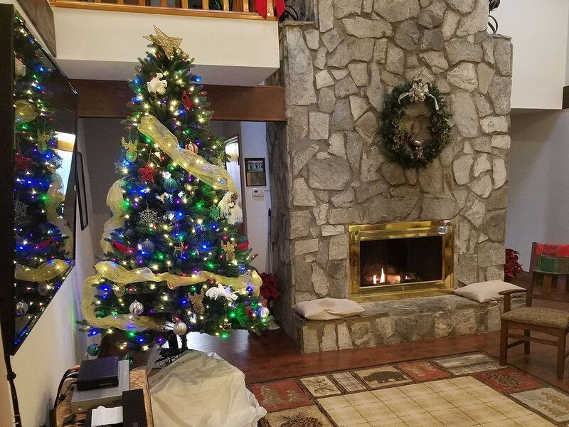 **FLEXCATION SPECIALS-Surround Mountain Views! 2 acres-hot tub-campfire, holiday rental in Weaverville