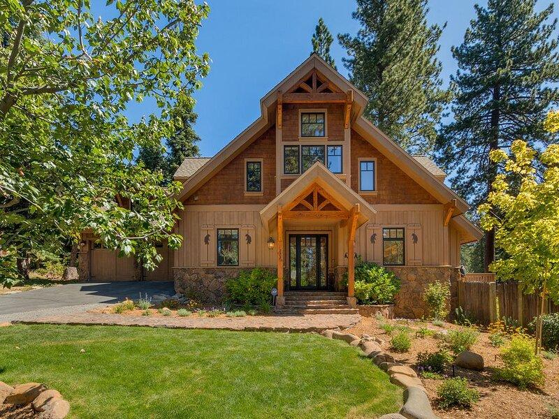 Sunny Comfortable Home, Lovely Fenced Yard, Hot Tub, Cozy New Linens, Walk to Be, alquiler de vacaciones en Tahoe Vista