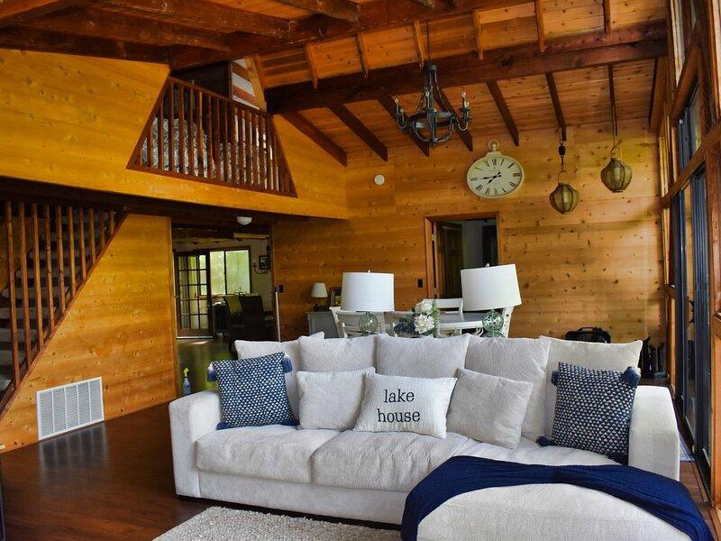 Lakefront Innsbrook Chalet with 2 Main Floor Master Bedrooms, Beach & Kayaks, location de vacances à Defiance