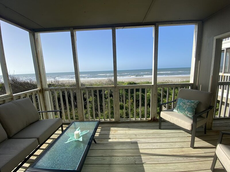 Private Oceanfront Condo in Beacon's Reach, casa vacanza a Newport