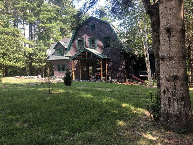 Rustic, Charming & Convenient Private Group Accommodations, location de vacances à Elizabethtown