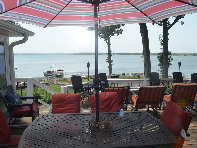 GRAND PANORAMIC RETREAT, 6 BR, 3 BA, 300' Lakefront, Hot Tub, Dock & Launch! NEW, holiday rental in Fairland