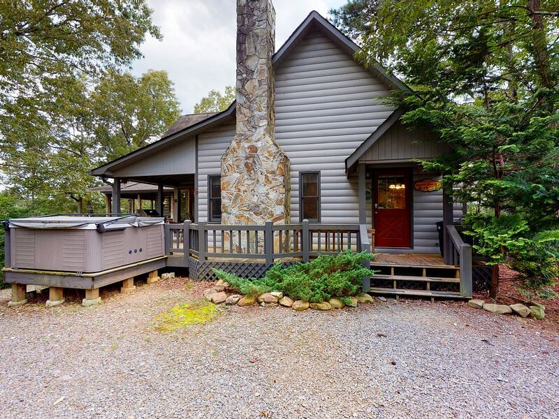 Dog-Friendly home w/Free WiFi, Private Pool Table, Hot Tub, and Washer/Dryer, alquiler de vacaciones en Mineral Bluff