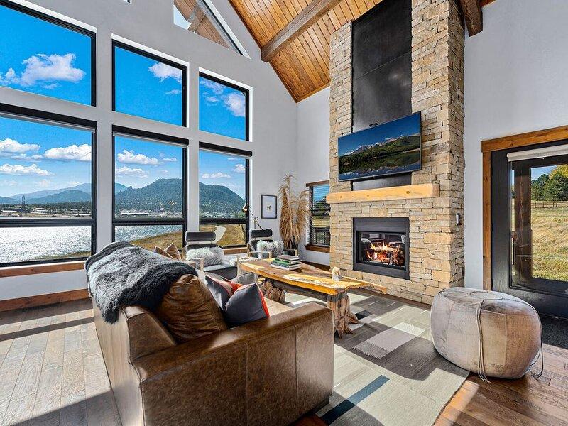Lake Front Escape - Views of Lake Estes,  Private Jacuzzi, Indoor/Outdoor Firepl, alquiler de vacaciones en Glen Haven