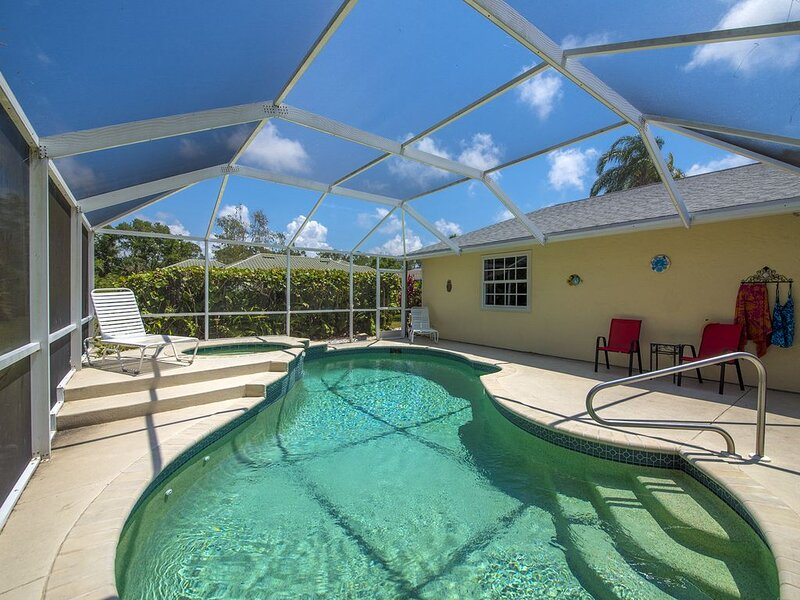 Spacious beach house 2 miles to Bonita Beach with pool and hot tub! Pets welcome, alquiler de vacaciones en Bonita Springs
