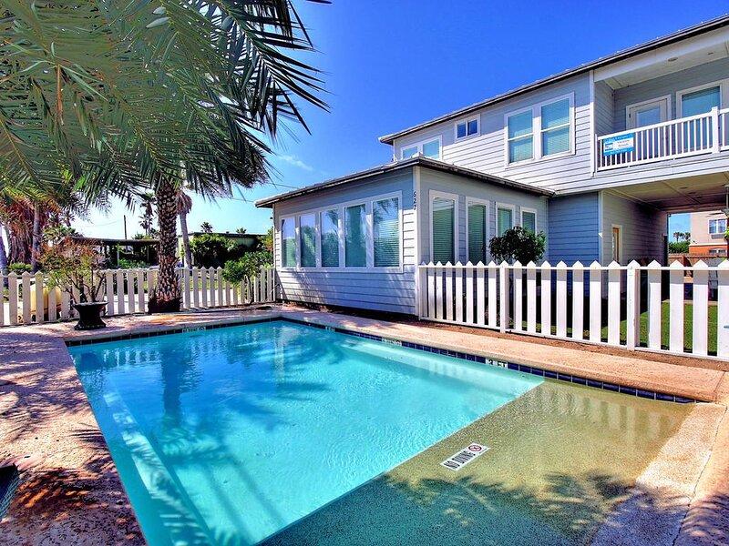 10 bedrooms, private pool, steps to the beach and sleeps 26! – semesterbostad i Port Aransas