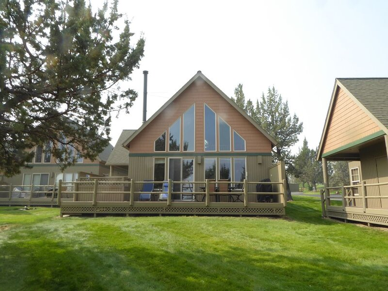 Beautiful Updated Chalet on 17th Green with Views and Private Hot Tub!, holiday rental in Crooked River Ranch