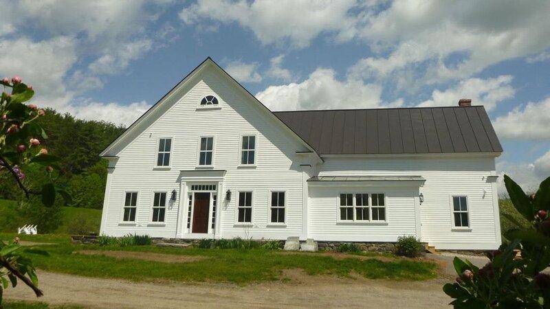 Beautifully renovated circa 1900 Farmhouse on 31 magnificient acres., location de vacances à North Springfield