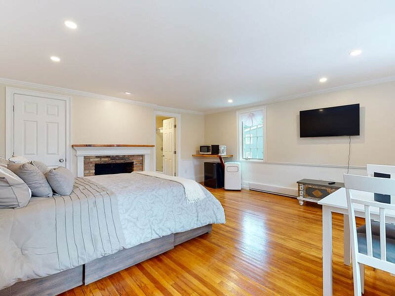Light-filled Studio condo in the center of downtown-walk to dining/shopping!, vacation rental in Kennebunkport