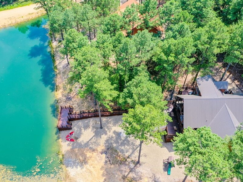 S'mores & Fishin' Lakeview Broken Bow Cabin-Perfect Location, 15 Beds, Sleeps 20, vacation rental in Hochatown