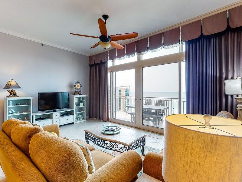 Beautiful Penthouse Condo w/ Private Balcony, Free Beach Service, & Shared Pool, location de vacances à Miramar Beach