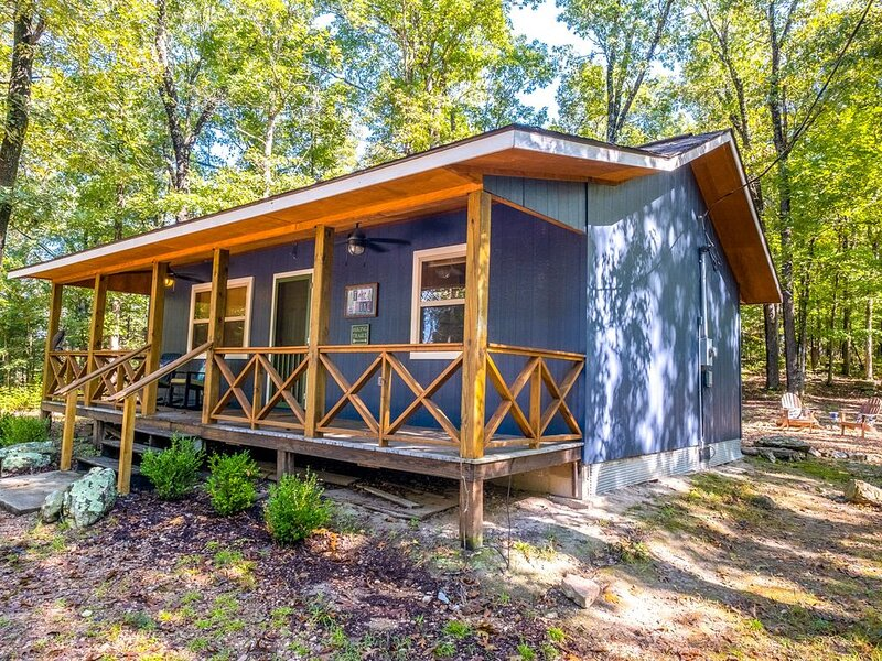 The Hiker Hut ~ Private Hideaway with Direct Trail Access Bordering Ozark Nat'l, vacation rental in Calico Rock