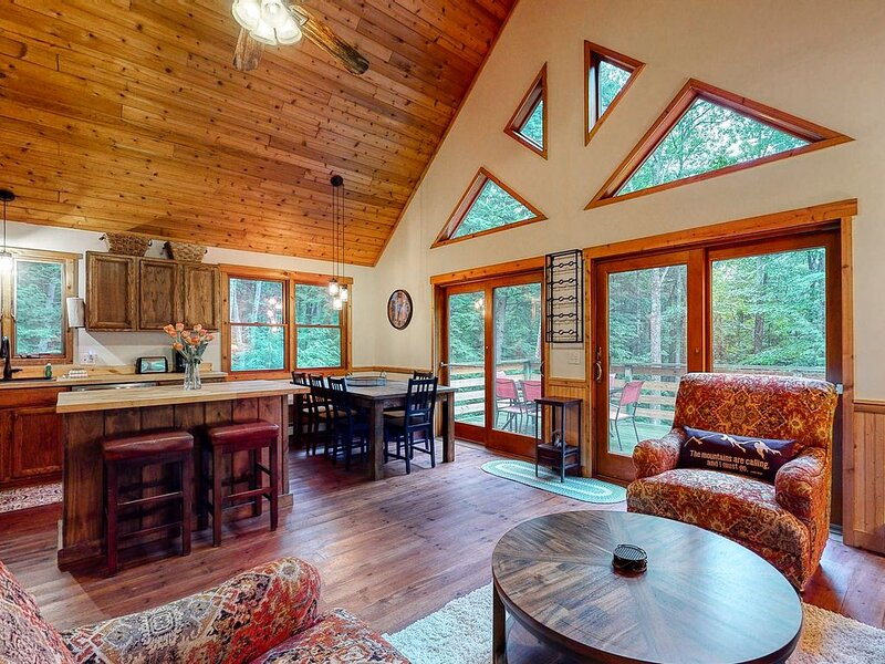 New listing! Rural getaway w/forest views, deck, firepit, pool & foosball tables, holiday rental in North Conway
