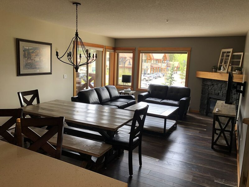Your Rocky Mountain Home Away From Home - 3 Bed 2 Bath, holiday rental in Harvie Heights