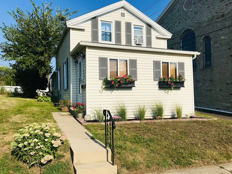 Cozy Home in Starved Rock Country-Walk to Downtown, holiday rental in Peru