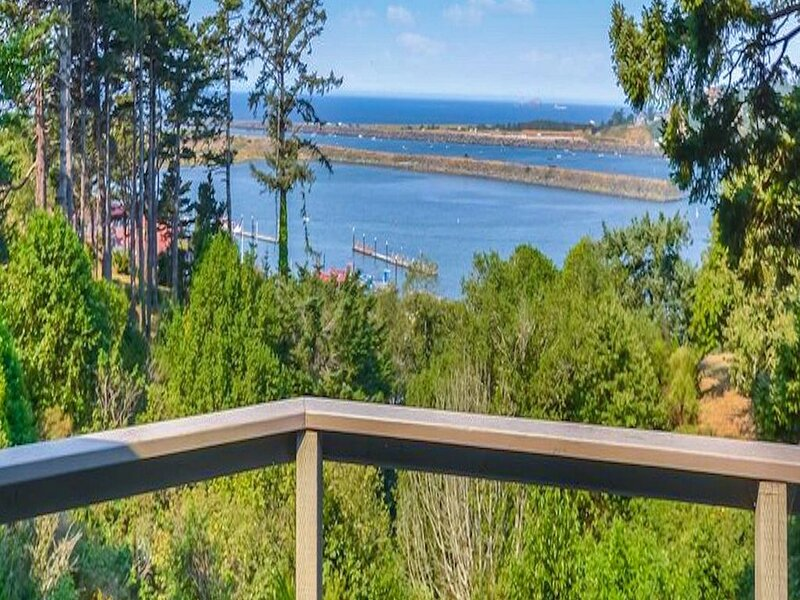 Charming coastal home w/ water views, large covered deck, & private gas grill!, aluguéis de temporada em Gold Beach