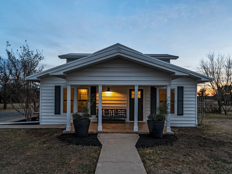 Historic Farmhouse Remodeled to Meet Your Needs – semesterbostad i Bangs