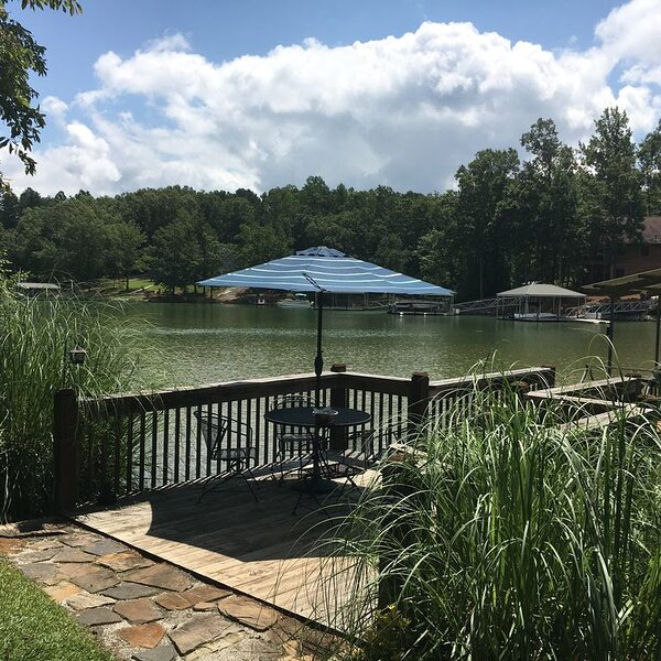 20 Minutes to Clemson - Remodeled 4 BR/3 BA Waterfront, holiday rental in West Union