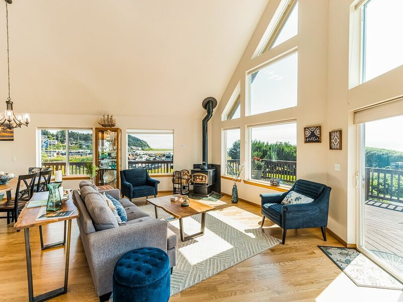 New listing! Spacious coastal home w/ private hot tub, ocean view, & wood stove!, holiday rental in Pacific Beach