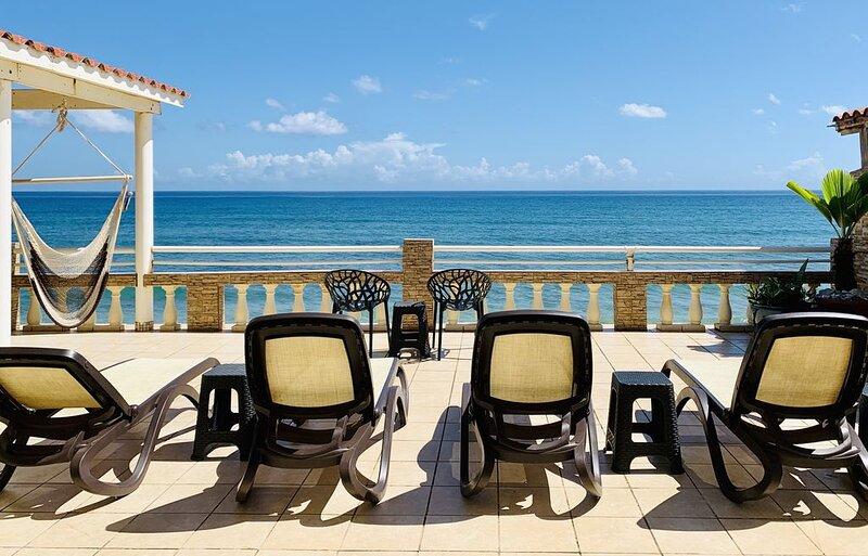 Oceanfront 4 Bedrm House on Surf Beach near Rincon with Private Beach Access, aluguéis de temporada em Aguada