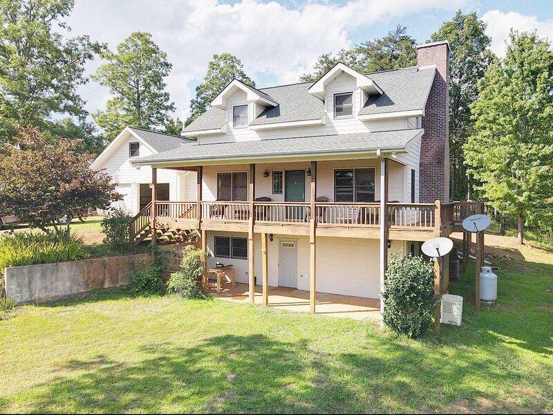 Spacious Blue Ridge Mountain Home. Great location & beautiful views!, alquiler de vacaciones en Morganton