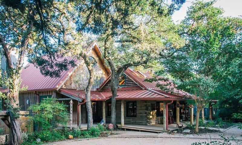 Sundance Lodge - Everyone's Favorite Log Home.  Pet Welcoming!  On the Creek!, alquiler vacacional en Wimberley