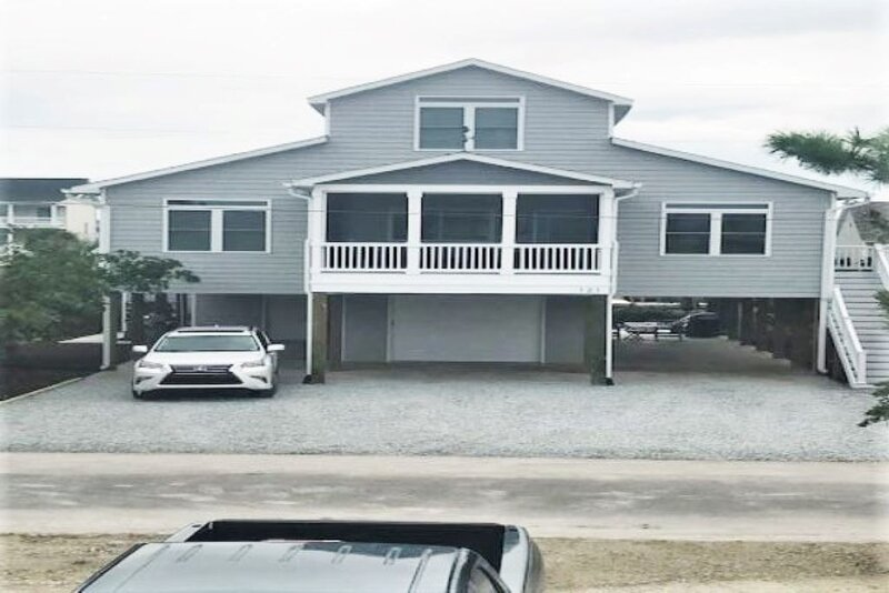 Canal Front Home-3 minute walk to beach with private boat dock, alquiler de vacaciones en Topsail Beach
