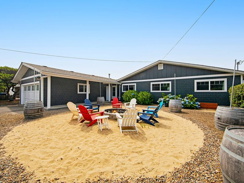Oceanfront dog-friendly house w/ deck, private hot tub & stunning views!, location de vacances à Gleneden Beach
